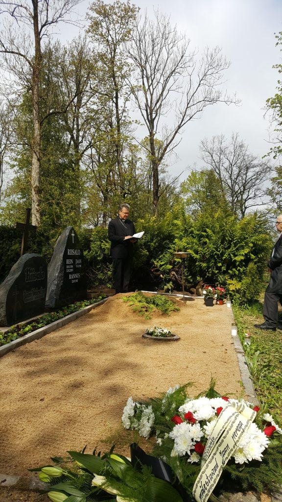 EELK Viljandi Pauluse koguduse õpetaja Allan Praats peab matusetalitust.